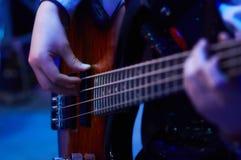 Muchacha plaing la guitarra baja Imagen de archivo libre de regalías