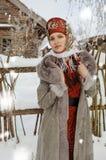 Muchacha popular del estilo en un sombrero rojo foto de archivo libre de regalías