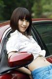 Muchacha por el coche. Imagen de archivo