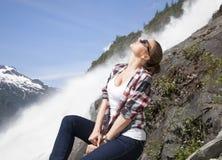 Muchacha por la cascada Foto de archivo libre de regalías
