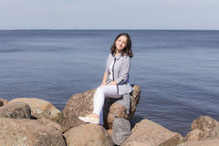 Muchacha por la orilla de mar Fotografía de archivo