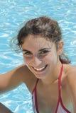 Muchacha por la sonrisa de la piscina Imagen de archivo libre de regalías
