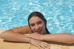 Muchacha por la sonrisa de la piscina Fotografía de archivo libre de regalías