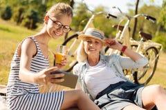 Muchacha positiva de la abuela y del adolescente que disfruta de comida campestre al aire libre Fotografía de archivo libre de regalías