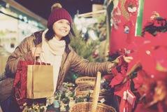 Muchacha positiva del adolescente que compra la composición floral Imagen de archivo libre de regalías