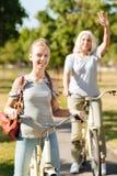 Muchacha positiva del adolescente que monta una bicicleta Foto de archivo