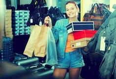 Muchacha positiva del adolescente que sostiene las cajas en boutique de los zapatos Fotografía de archivo libre de regalías