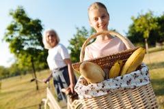 Muchacha positiva del adolescente que sostiene una cesta para una comida campestre Fotos de archivo libres de regalías