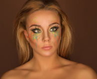 Muchacha positiva hermosa con maquillaje brillante Imagenes de archivo
