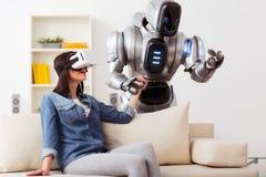 Muchacha positiva que usa el dispositivo de la realidad virtual Fotos de archivo
