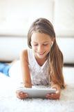 Muchacha pre adolescente con PC de la tableta Foto de archivo