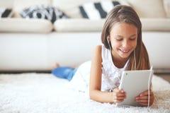 Muchacha pre adolescente con PC de la tableta Fotografía de archivo
