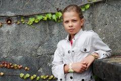 muchacha Pre-adolescente contra la pared de piedra. Imagen de archivo libre de regalías