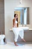 Muchacha pre adolescente en el cuarto de baño del hotel Fotografía de archivo