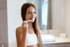 Muchacha pre adolescente en el cuarto de baño del hotel Fotos de archivo