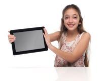 Muchacha pre-adolescente hermosa con una tableta Imagen de archivo libre de regalías