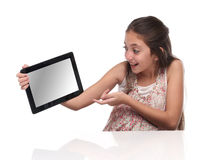 Muchacha pre-adolescente hermosa con una tableta Fotografía de archivo libre de regalías