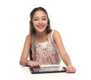 Muchacha pre-adolescente hermosa con una tableta Foto de archivo