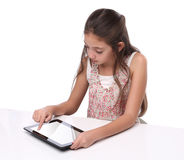 Muchacha pre-adolescente hermosa que usa una tableta Fotografía de archivo libre de regalías