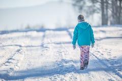 Muchacha Pre-adolescente joven feliz en la ropa caliente que juega con nieve Imagenes de archivo