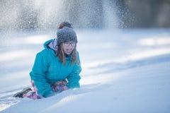 Muchacha Pre-adolescente joven feliz en la ropa caliente que juega con nieve Fotografía de archivo libre de regalías