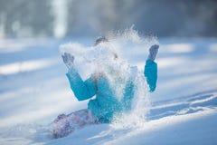 Muchacha Pre-adolescente joven feliz en la ropa caliente que juega con nieve Imagen de archivo