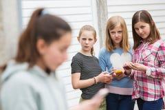 Muchacha pre adolescente que es tiranizada por el mensaje de texto Imagenes de archivo