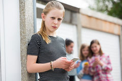 Muchacha pre adolescente que es tiranizada por el mensaje de texto Fotografía de archivo libre de regalías