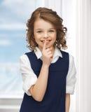 muchacha Pre-adolescente que muestra gesto del silencio Imagen de archivo libre de regalías