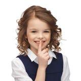 muchacha Pre-adolescente que muestra gesto del silencio Imagenes de archivo