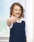 muchacha Pre-adolescente que muestra los pulgares para arriba Imagen de archivo