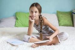 Muchacha pre adolescente que se relaja en casa Imagenes de archivo