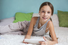 Muchacha pre adolescente que se relaja en casa Imagen de archivo