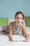 Muchacha pre adolescente que se relaja en casa Fotografía de archivo