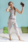 Muchacha pre adolescente que se relaja en casa Foto de archivo