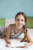 Muchacha pre adolescente que se relaja en casa Imagen de archivo libre de regalías