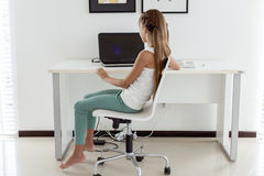Muchacha pre adolescente que usa el ordenador portátil Fotografía de archivo libre de regalías