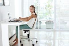 Muchacha pre adolescente que usa el ordenador portátil Fotografía de archivo
