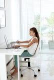 Muchacha pre adolescente que usa el ordenador portátil Foto de archivo