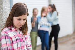 Muchacha pre adolescente triste que siente izquierda hacia fuera por los amigos imagenes de archivo