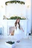 Muchacha preadolescente del niño que sonríe y que presenta para la fotografía, HOL Imagen de archivo libre de regalías