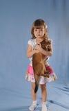 Muchacha preciosa con el gatito en retrato de las manos Imágenes de archivo libres de regalías