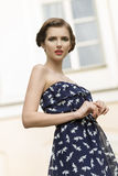 Muchacha preciosa con el vestido del verano imagen de archivo