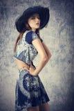 Muchacha preciosa con estilo del verano de la moda Foto de archivo libre de regalías