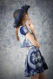 Muchacha preciosa de la moda del verano fotos de archivo