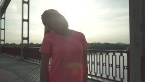 Muchacha preciosa de los deportes que hace un entrenamiento para su cuello almacen de metraje de vídeo