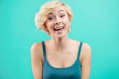 Muchacha preciosa del inconformista con el pelo justo corto que se divierte fotografía de archivo libre de regalías