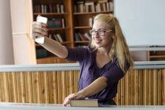 Muchacha preciosa hermosa que toma Selfie con Smartphone Fotografía de archivo libre de regalías