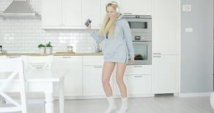 Muchacha preciosa que baila en casa almacen de metraje de vídeo