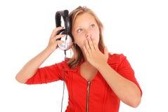 Muchacha preciosa que escucha una música con los auriculares Foto de archivo libre de regalías